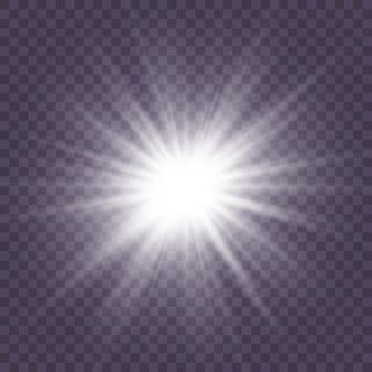 Zestaw białego świecącego światła wybucha na przezroczystym tle lśniące magiczne cząsteczki pyłu. wybuch gwiazdy z iskierkami. złoty brokat bright star. przezroczyste świecące słońce, jasny błysk