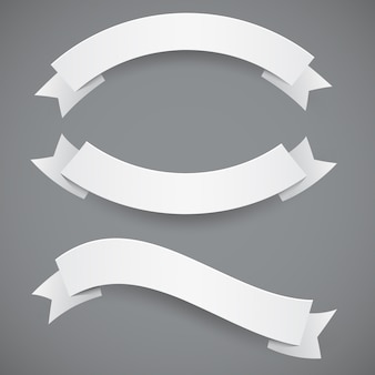Zestaw białych falistych wstążek lub flag