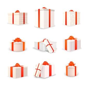 Zestaw białych jasnych pudełek z czerwonymi taśmami i kokardkami