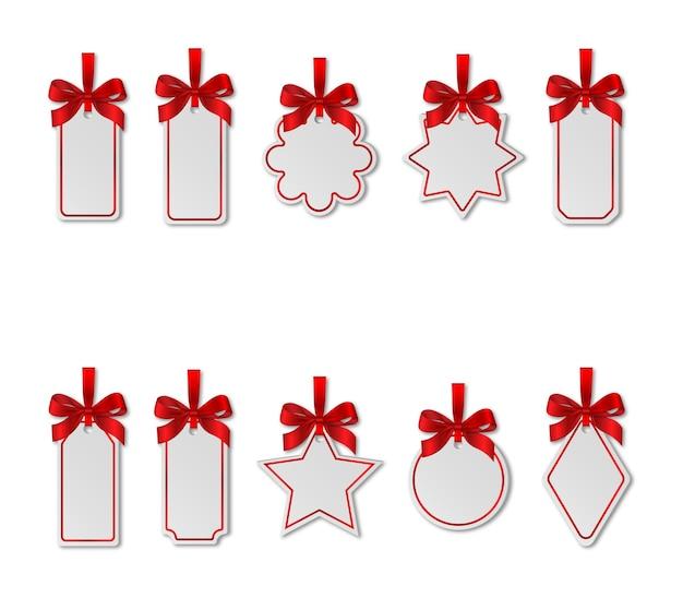 Zestaw białych metek świątecznych z czerwonymi kokardkami