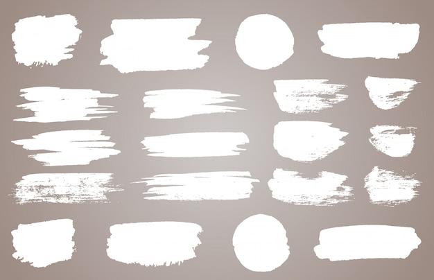 Zestaw białych plam atramentowych. biała farba, pociągnięcie pędzlem tuszem