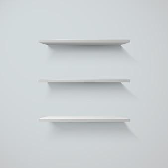Zestaw białych półek na ścianie.