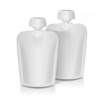Zestaw białych pustych elastycznych woreczków z dużą górną nasadką na puree dla niemowląt. szablon opakowania torby na żywność lub napoje