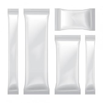 Zestaw białych pustych opakowań foliowych na żywność, przekąski, cukier, słodycze, przyprawy, saszetkę medyczną. szablon opakowania z tworzywa sztucznego