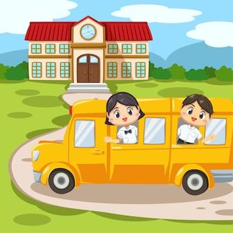 Zestaw chłopca i dziewczyny ubranych w mundurki ucznia w szkolnym autobusie