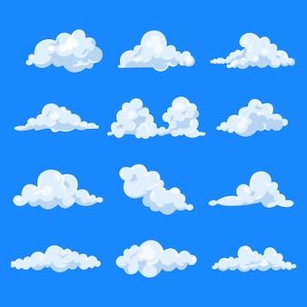 Zestaw chmur kreskówka na białym tle na niebieskim niebie