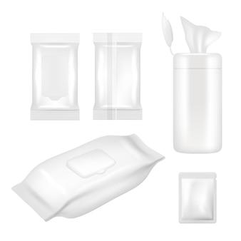 Zestaw chusteczek nawilżanych. realistyczna biała pusta folia opakowaniowa i plastikowe pojemniki z klapką do chusteczek nawilżanych na białym tle.
