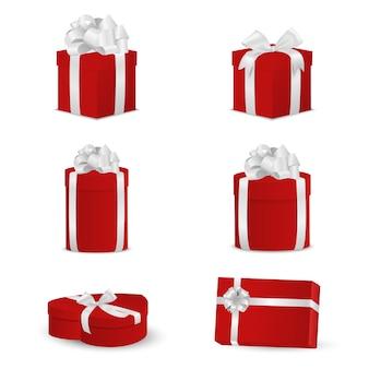 Zestaw czerwonych pudeł z białymi kokardkami i wstążkami.