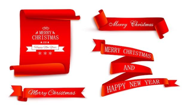 Zestaw czerwonych świątecznych satynowych wstążek i etykiet na boże narodzenie i nowy rok