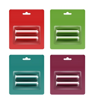 Zestaw czerwonych, zielonych, turkusowych, bordowych, błyszczących, alkalicznych baterii aa w czerwony, zielony, turkusowy, bordowy, blister winny, pakowane do brandingu bliska, izolowany na białym tle.