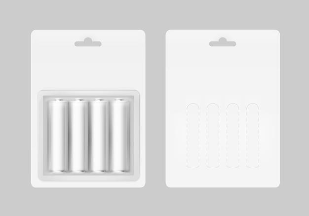 Zestaw czterech biało-srebrnoszarych błyszczących baterii alkalicznych aa w białym blistrze, zapakowanych do znakowania