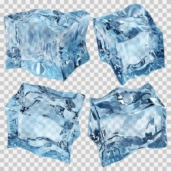 Zestaw czterech przezroczystych kostek lodu.