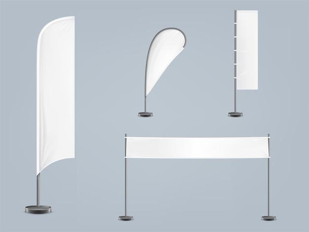 Zestaw czterech pustych, włókienniczych banerów lub flag w różnych kształtach