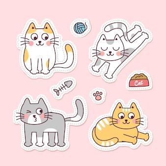 Zestaw czterech uroczych kotów z ilustracjami akcesoriów dla kotów na jasnoróżowym tle