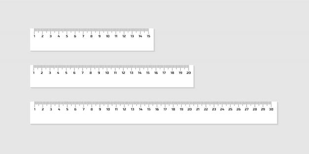 Zestaw drewnianych linijek 15, 20 i 30 centymetrów z cieniami na białym tle. urządzenie pomiarowe. przybory szkolne
