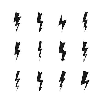 Zestaw dwunastu ciemnych burz z piorunami. ikony piorunów i wysokiego napięcia czarny na białym tle. ilustracja wektorowa.