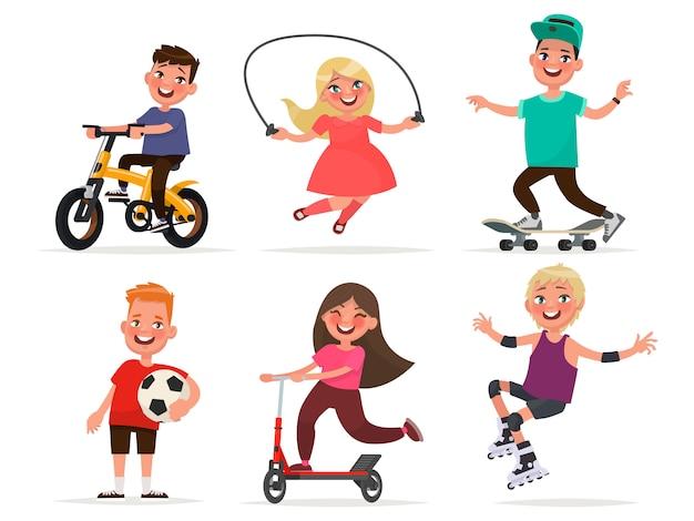Zestaw dziecięcych postaci chłopców i dziewcząt uprawiających sport. ilustracji wektorowych