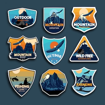 Zestaw dziewięciu górskich emblematów podróży. emblematy, odznaki i naszywki z logo przygody na świeżym powietrzu.