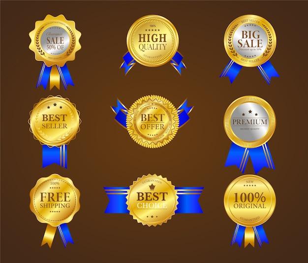 Zestaw dziewięciu złotych etykiet handlowych z niebieską wstążką