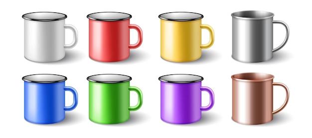 Zestaw emaliowanych 3d realistycznych metalowych kubków. kolorowe kubki metalowe na białym tle. makieta szablon jasnych stalowych kubków do brandingu. ilustracja wektorowa