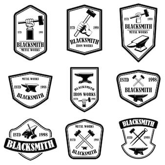 Zestaw emblematów kowala. element projektu logo, etykieta, znak, plakat, koszulka.