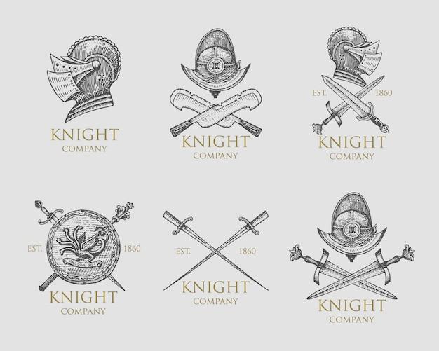 Zestaw emblematów monochromatycznych rycerzy, odznak, etykiet i logo średniowieczny hełm, miecze, maczuga, sztylety tarcza antyczny symbol vintage, grawerowane ręcznie rysowane w stylu szkicu lub cięcia drewna, stary wygląd retro