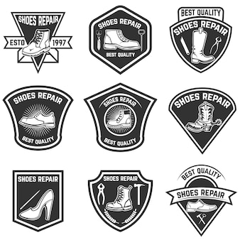 Zestaw emblematów naprawy butów na białym tle. elementy logo, etykieta, godło, znak, znaczek. ilustracja