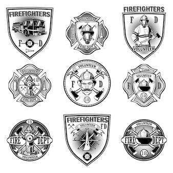Zestaw emblematów strażak na białym tle. czarno-biały styl monochromatyczny.