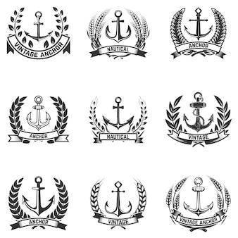 Zestaw emblematów z kotwicami i wieńcami. elementy logo, etykieta, godło, znak, znaczek. ilustracja