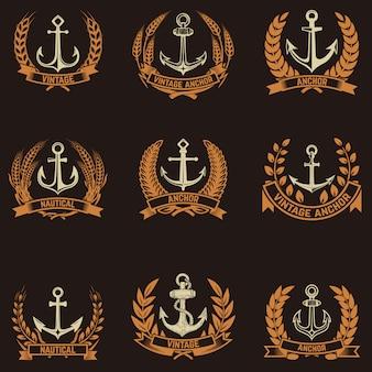 Zestaw emblematów z kotwicami i wieńcami w złotym stylu. elementy logo, etykieta, godło, znak, znaczek. ilustracja