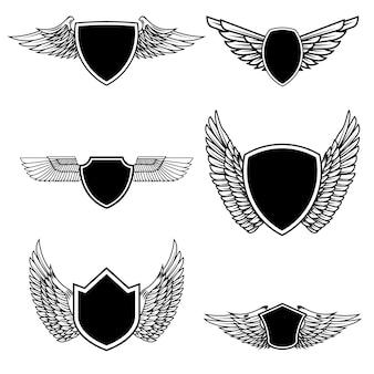Zestaw emblematów ze skrzydłami na białym tle. elementy logo, etykieta, godło, znak, znaczek. ilustracja