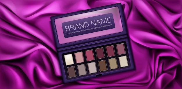 Zestaw etui do cieni do powiek z próbkami farb w kolorze winnego, różowego, brązowego i waniliowego.