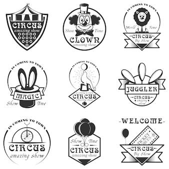 Zestaw etykiet cyrku na białym tle, logo i herby. czarno-białe symbole cyrkowe i elementy projektu. klaun, arena, bilety, magiczny kapelusz.