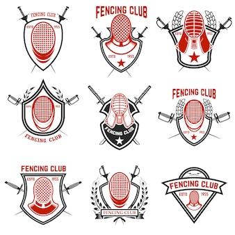 Zestaw etykiet klubu szermierczego. miecze do szermierki. elementy godła, znak, znaczek. ilustracja