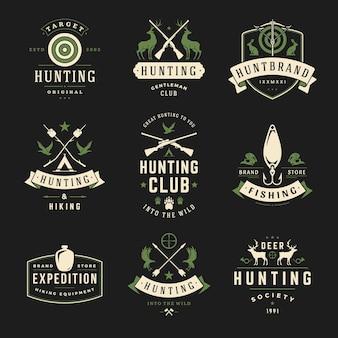 Zestaw etykiet myśliwskich i wędkarskich, odznaki, logo w stylu vintage. głowa jelenia, broń myśliwska, dzikie zwierzęta leśne i inne przedmioty. sprzęt myśliwski reklamowy.