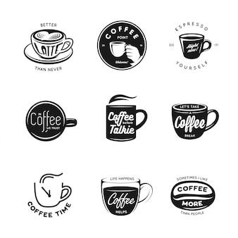 Zestaw etykiet, odznak i elementów związanych z kawą.