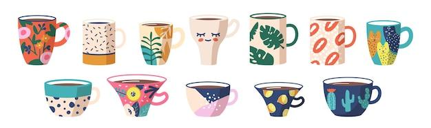 Zestaw filiżanek herbaty lub kawy z boku. kubki z modnymi ozdobami kaktusy, koty, groszki, gałązki palm, abstrakcyjne plamy i wzory. różne słodkie naczynia ceramiczne. ilustracja kreskówka wektor