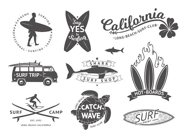 Zestaw godło i odznaki deski surfingowe. znaki i elementy etykiet letnich. etykieta surfingu oceanu, ilustracja odznaka surfing lato