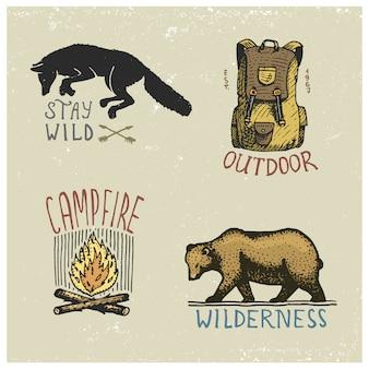 Zestaw grawerowanych vintage, ręcznie rysowanych, starych, etykiet lub odznak do biwakowania, pieszych wędrówek, polowania z dzikim wilkiem, niedźwiedziem grizzly, capmfire, plecakiem