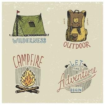 Zestaw grawerowanych vintage, ręcznie rysowanych, starych, etykiet lub odznak do biwakowania, pieszych wędrówek, polowania z plecakiem, namiotu, ogniska. niech rozpocznie się przygoda.