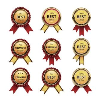 Zestaw gwarancji najwyższej jakości złote etykiety z ciemnoczerwonymi karmazynowymi wstążkami z bliska na białym tle na białym tle