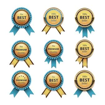 Zestaw gwarancji najwyższej jakości złote etykiety z jasnoniebieskimi turkusowymi wstążkami z bliska na białym tle