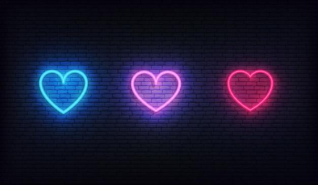 Zestaw ikon neon serca. świecące jasne czerwone, fioletowe i niebieskie serca