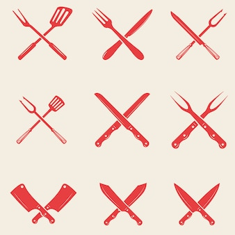Zestaw ikon noże restauracyjne. skrzyżowane widelec, łopatka kuchenna, siekiera rzeźnicza. elementy logo, etykieta, godło, znak, plakat, koszulka. ilustracja