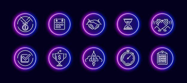 Zestaw ikon wektorowych 10 w 1 związanych z tematem realizacji. lineart wektorowe ikony w stylu neon blask na białym tle.
