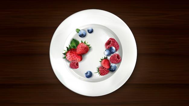 Zestaw jagód, malin i truskawek na białym talerzu.