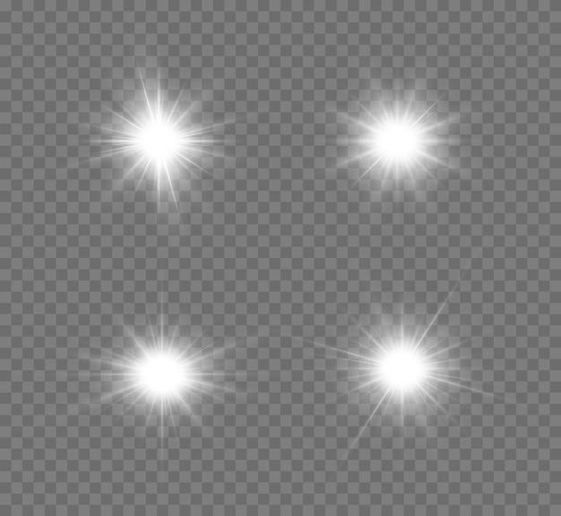 Zestaw jasnych gwiazd srebrnego świecącego światła eksploduje na przezroczystym tle