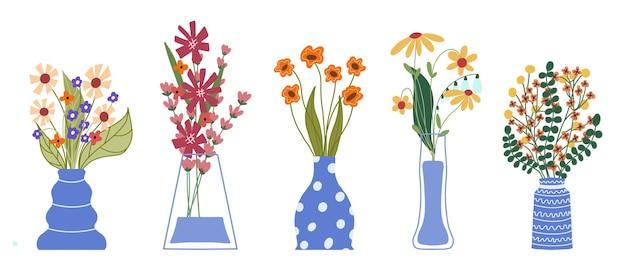 Zestaw jasnych wiosennych kwiatów w wazonach i butelkach na białym tle