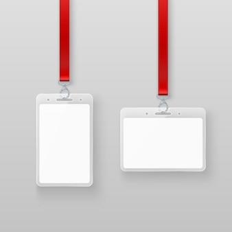 Zestaw kart identyfikacyjnych biały pusty pusty plastikowy identyfikator. system autoryzacji w wydarzeniach lub w biurze na szarym tle