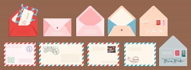 Zestaw kart pocztowych i kopert. na białym tle ręcznie rysowane karty pocztowe i koperty ze znaczkami pocztowymi. nowoczesna kolekcja wzorów listów o miłości i przyjaźni. ilustracje do internetu i druku.
